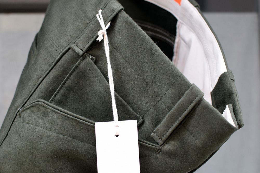 Taschendetail, grüne Hose aus Biobaumwolle