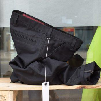 Eine robuste schwarze Hose aus Biobaumwolle von INDNAT