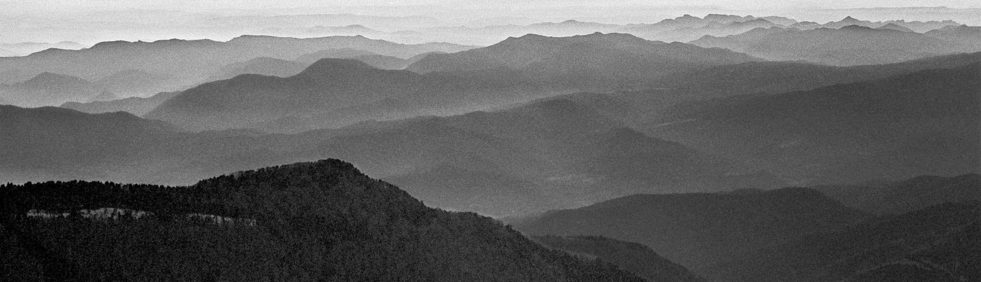 Die Pyrenäen, Bergbild in Schwarz Weiss für INDNAT Lodenhosen - Bio Hosen - Bio Jeans - Fair - Nachhaltig - Ökologisch - Produziert / Bergkleidung