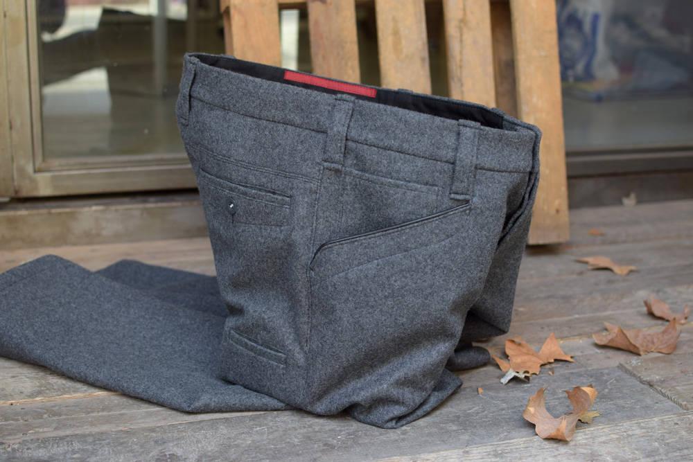 Zimmermannshose aus Loden von INDNAT, grauer, Loden, handgefertigt, Lodenhose, Messertasche, Handytasche, Seitentasche